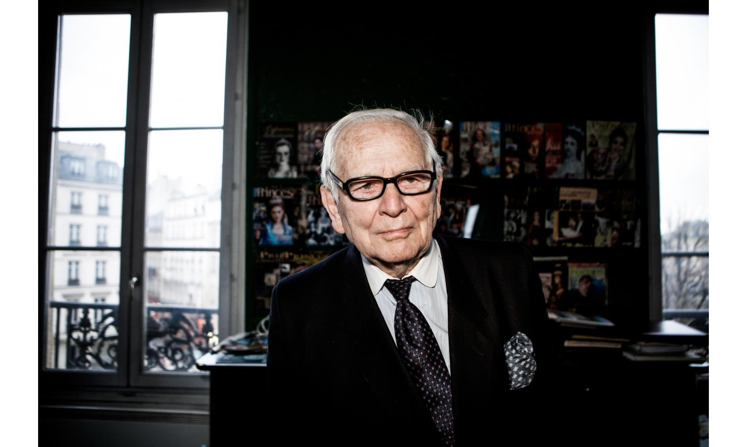 Portrait of Pierre Cardin (fashion designer) in his office on Marigny Avenue / Portrait de Pierre Cardin dans son bureau avenue de Marigny