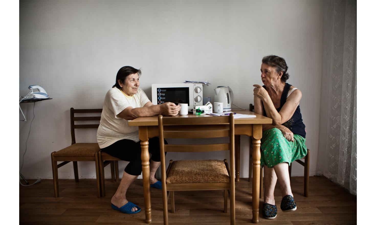 Tamara and Anna. Anna is Svetlana's mother and Sacha and Micha's grandmother (their father remained in Donetsk: see previous photo) . Tamara never misses out on an opportunity to come to the kitchen [...] Contact the agency for complete testimony
