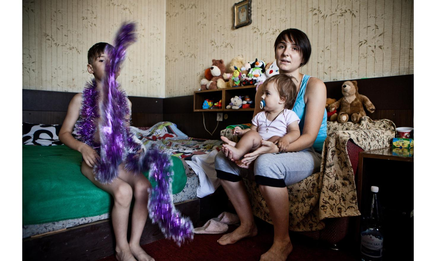 """Svetlana (25 years) her sons Serioja (9 years) and Anatolik (11 months).  """"To protect the children""""': Svetlana left eastern Ukraine with her first son, while she was pregnant [...] - Contact the agency for complete testimonies of families -"""