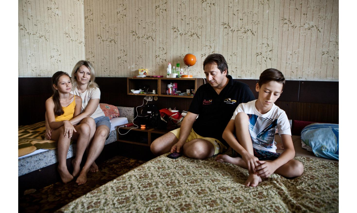 Viktoria and Artur, their children Vlad (13 years) et Dana (11 years).   They have just arrived in the hotel but it's been a year since they left Gorlovka in the Donetsk region . The children speak English perfectly and show us [...]