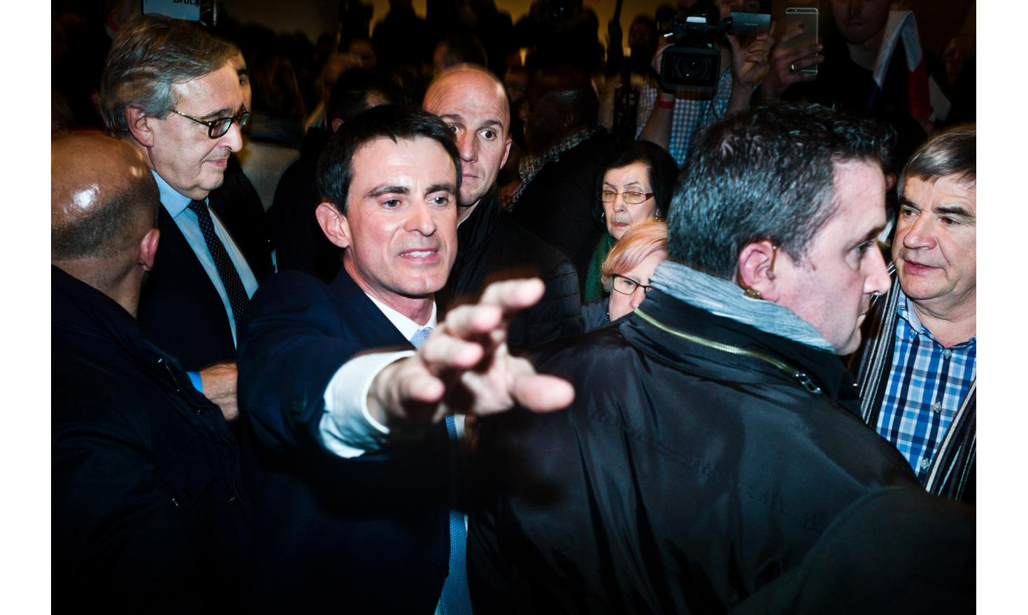Manuel Valls in his last meeting, in Alfortville. A crowd at the end of the meeting.