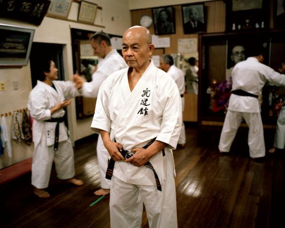 Naha. Au Kyudokan, le dojo de Minoru Higa Sensei, 10ème Dan de Karaté. Ce petit homme d'un mètre soixante et de 68 ans est l'un des maîtres les plus respectés dans sa discipline